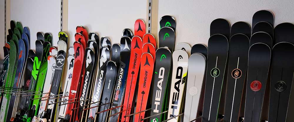 Ski-Sortiment im Sportgeschäft Lenk