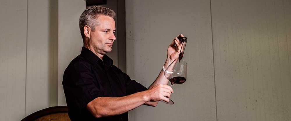 Österreichischer Wein bei Strubel Sport Winzer Leo Aumann mit Fassprobe